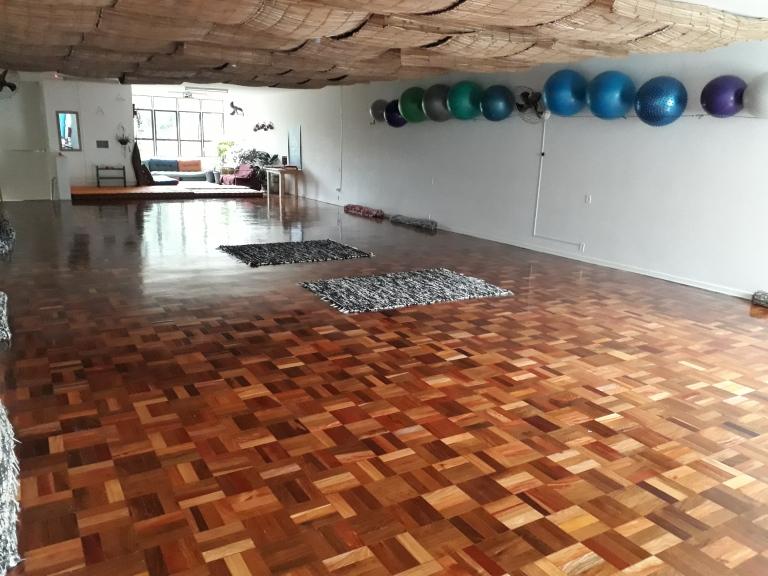 salao principal - parede com bolas e lounge ao fundo.jpg